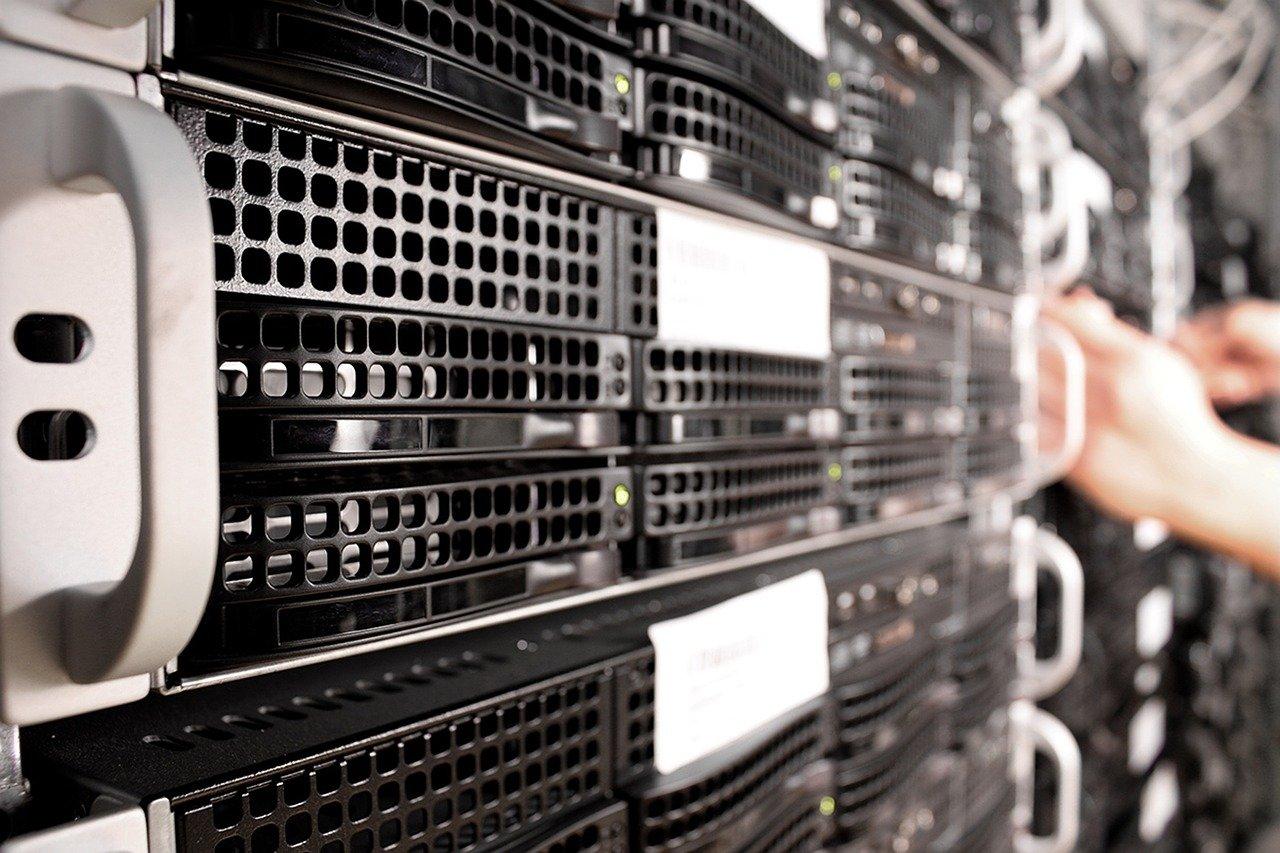 Widok serwerów w szafie serwerowej. Pokazujący że app service plan to reprezentacja fizycznego serwera